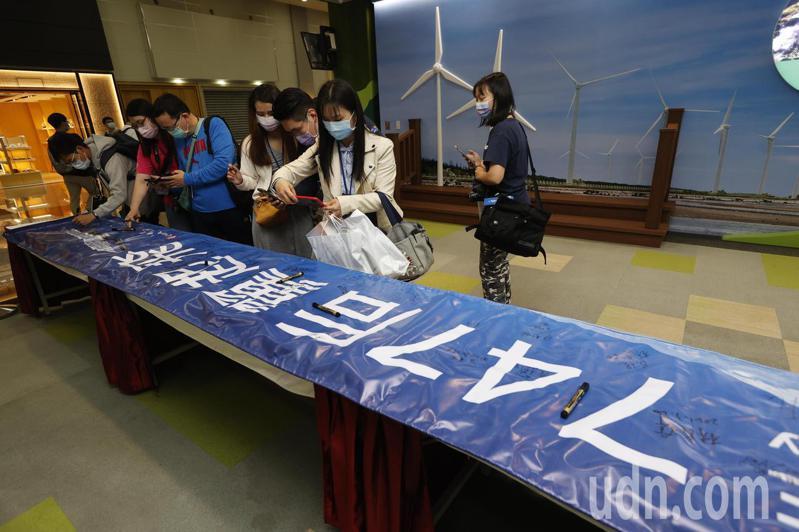 全球最後一架波音747-400客機上午最後巡禮, 參加的旅客簽名留念。 記者鄭超文/攝影