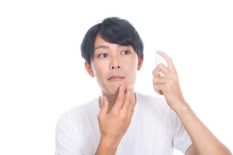 肌膚適當的補水,才能在換季時有舒適又不敏感的狀態。圖/摘自pakutaso