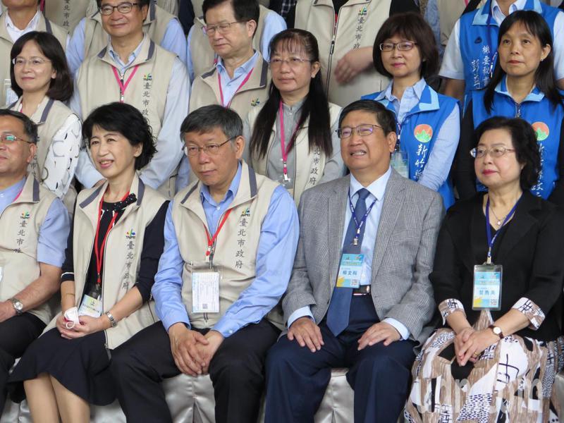 台北市長柯文哲(前排左2)與妻子陳佩琪(左1)今天與北市府60人團隊造訪新竹縣,新竹縣政府由縣長楊文科(右2)和妻子甘秀美(右1)等50人團隊迎接,雙方大合照。記者張裕珍/攝影