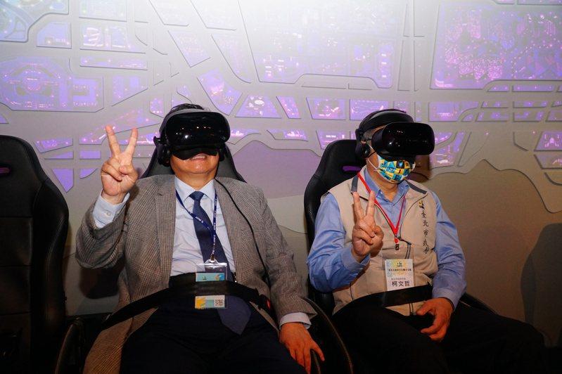 楊文科(左)與柯文哲(右)體驗VR技術,直呼「好暈」。圖/竹縣府提供