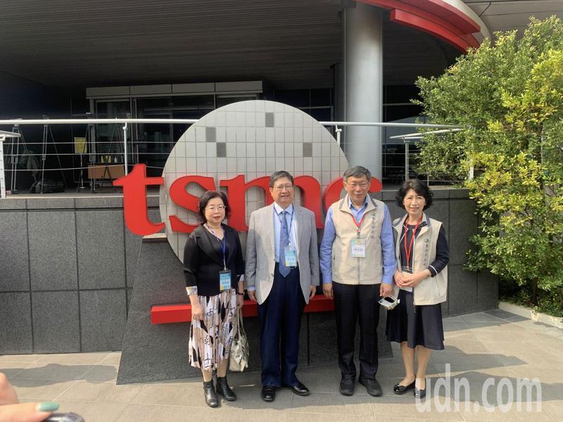 柯文哲(右2)與夫人陳佩琪(右1)到新竹訪問,楊文科(左2)則與夫人甘秀美(左1)出面接待。記者巫鴻瑋/攝影