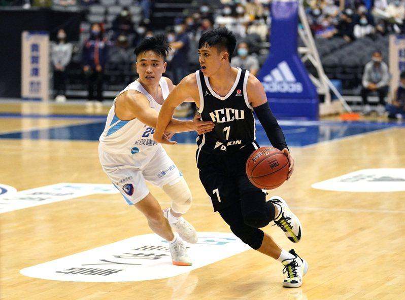 政大菜鳥控衛游艾喆拿下27分5籃板6助攻4抄截。圖/大專體總提供