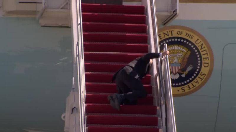 美國總統拜登19日準備搭乘空軍一號飛往亞特蘭大,卻在登機梯失足跌倒三次,影像在網路廣為流傳。路透