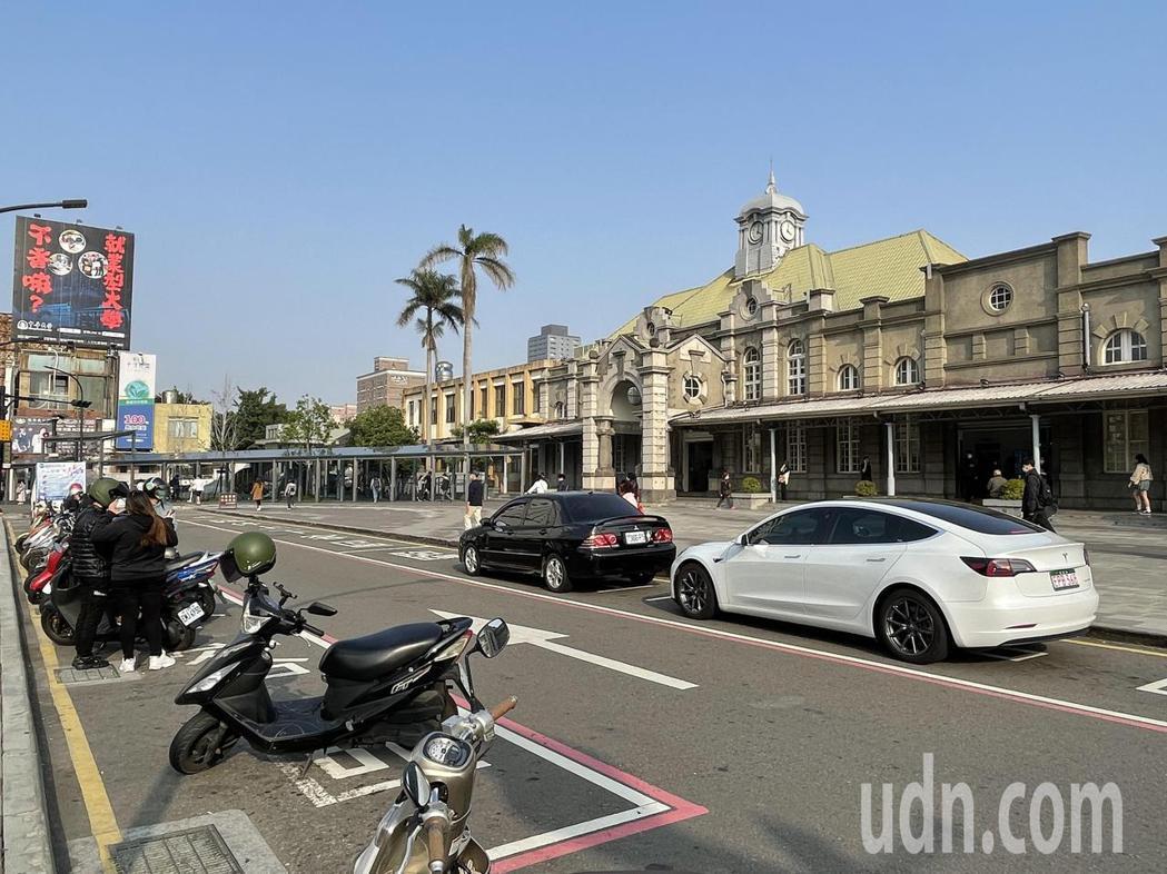 新竹市警察局在新竹火車站前建置科技執法設備,違停或臨停逾3分鐘車輛都會被偵測拍照...