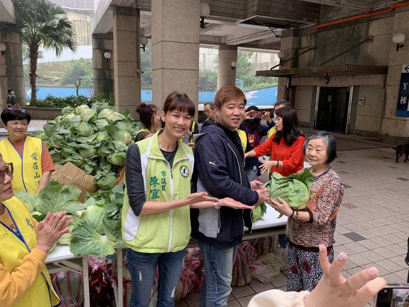 基隆茶飲料老闆社區關懷,送1200顆高麗菜不到1小時送完。記者游明煌/翻攝