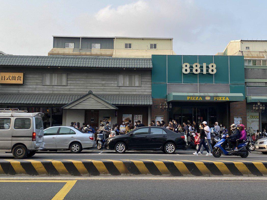 五月天今晚在台南市立體育場開唱,傍晚人潮湧入周邊店家。記者鄭維真/攝影