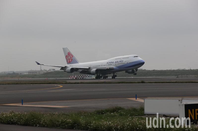華航空中女王747-400客機最後一次載客降落桃園機場。記者鄭超文/攝影