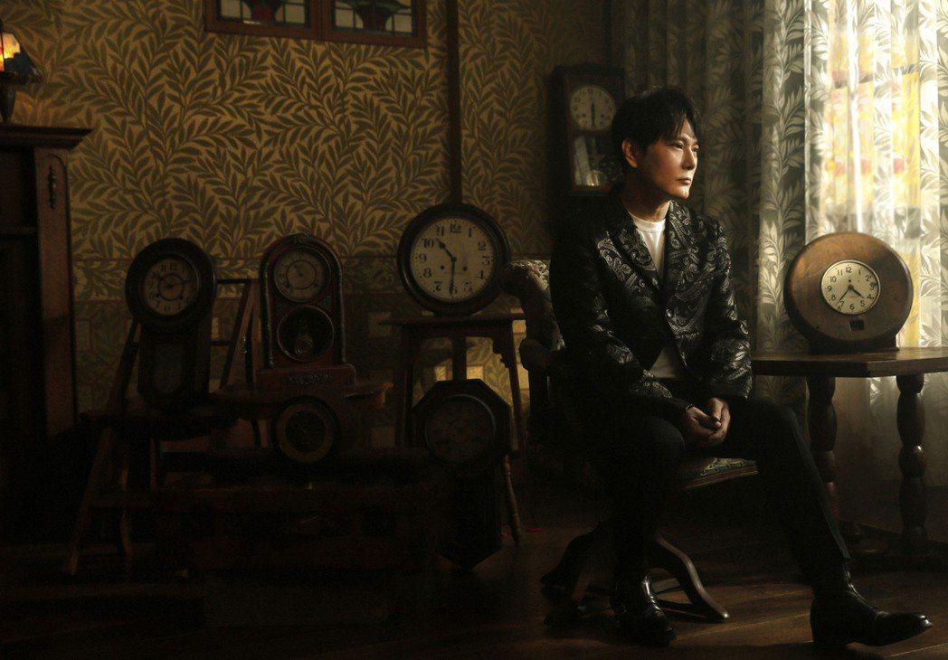張信哲第35張國語專輯「就懂了」勇奪銷售榜、電台榜共9個冠軍,告白粉絲「愛你久久...