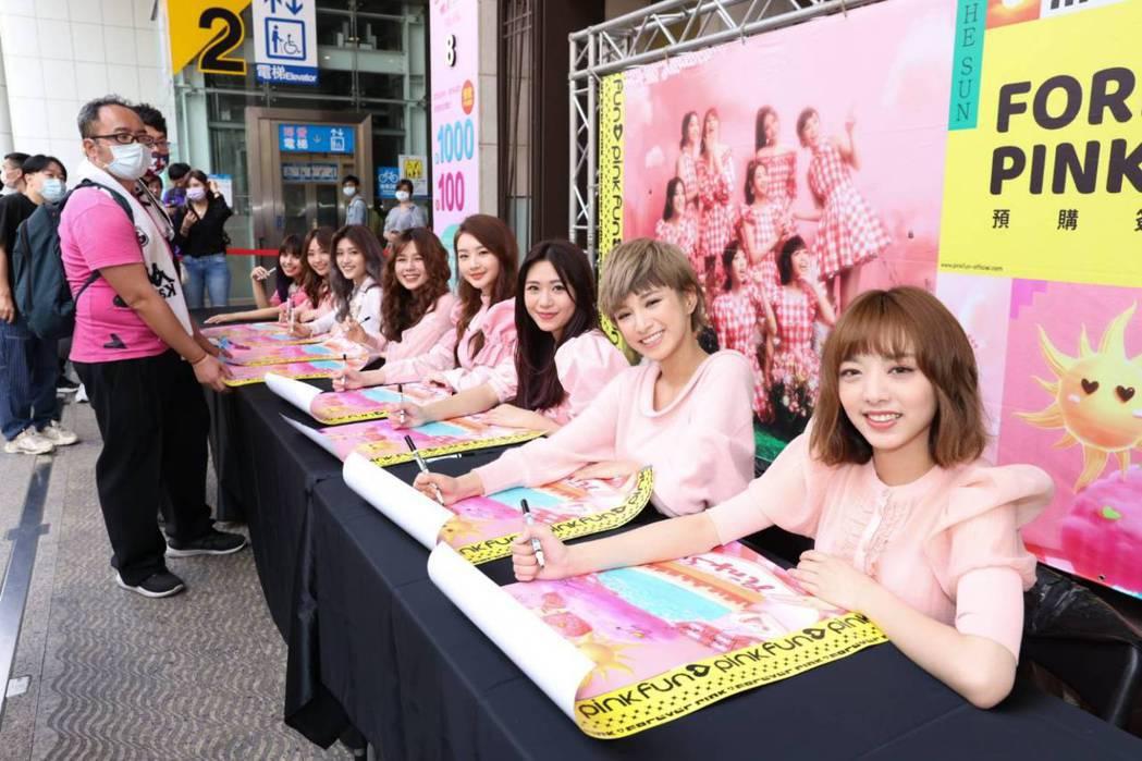 初戀系女團PINK FUN今舉辦簽名會,現場擠滿力挺粉絲。記者沈昱嘉/攝影