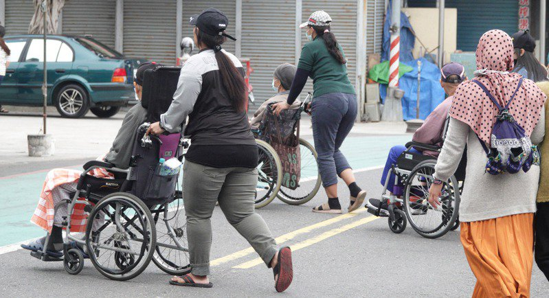 新冠疫情下國內逾期居留的外籍移工無法遣送離境,不少人轉入黑市打工賺生活費。圖/聯合報系資料照片