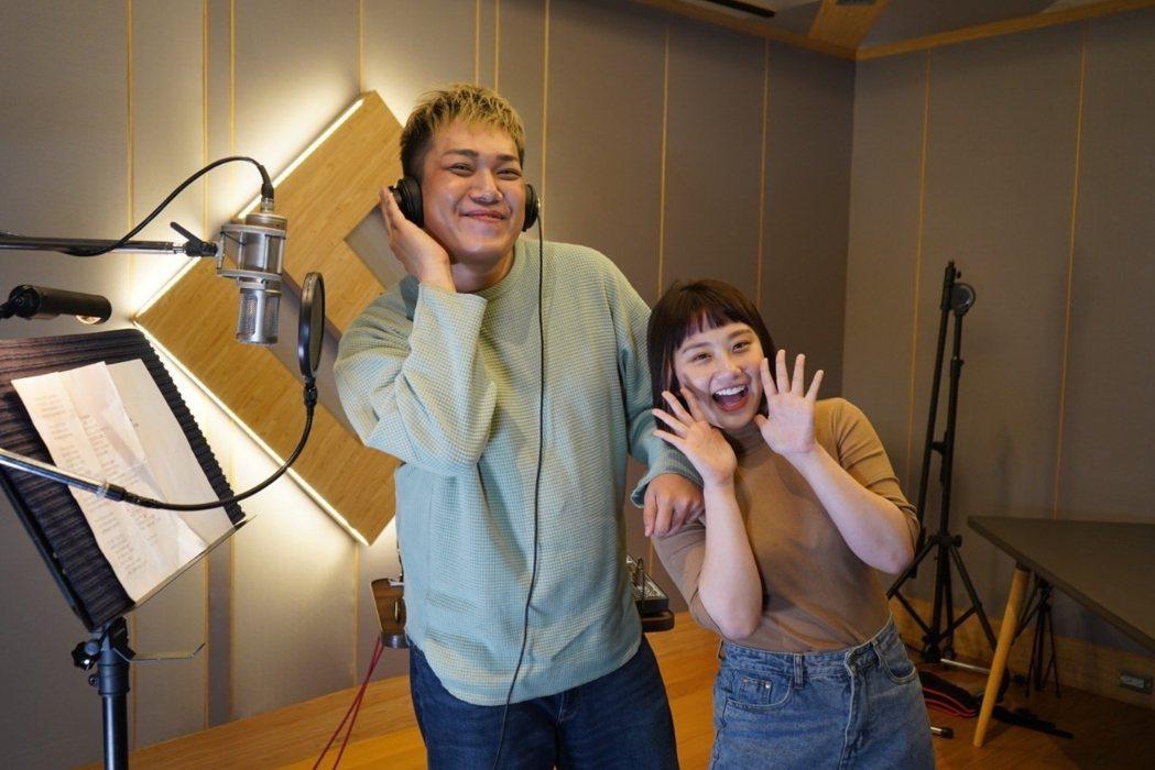 人氣YouTuber關韶文(左)斥資50萬推出首支個人單曲「一加一大於二」,邀來
