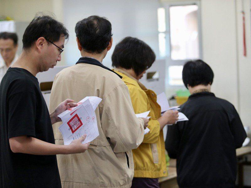 民進黨內多認為,須記取2018年冷處理公投導致慘敗的教訓。圖為2018年公投綁地方選舉投票情形。圖/聯合報系資料照片