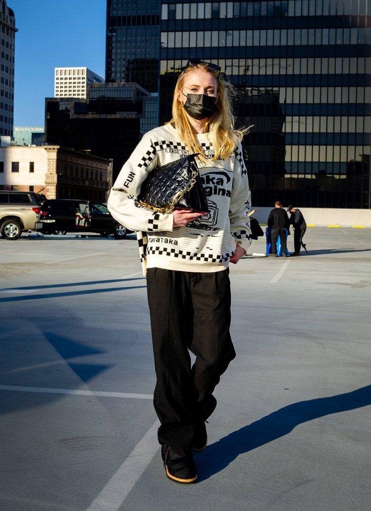 蘇菲特納以簡約的日裝搭襯黑色Coussin手袋,率性自然。圖/LV提供