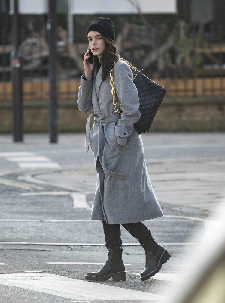 史黛西馬汀擅長詮釋路易威登女裝,也將黑色Coussin手袋詮釋得知性優雅。圖/L...