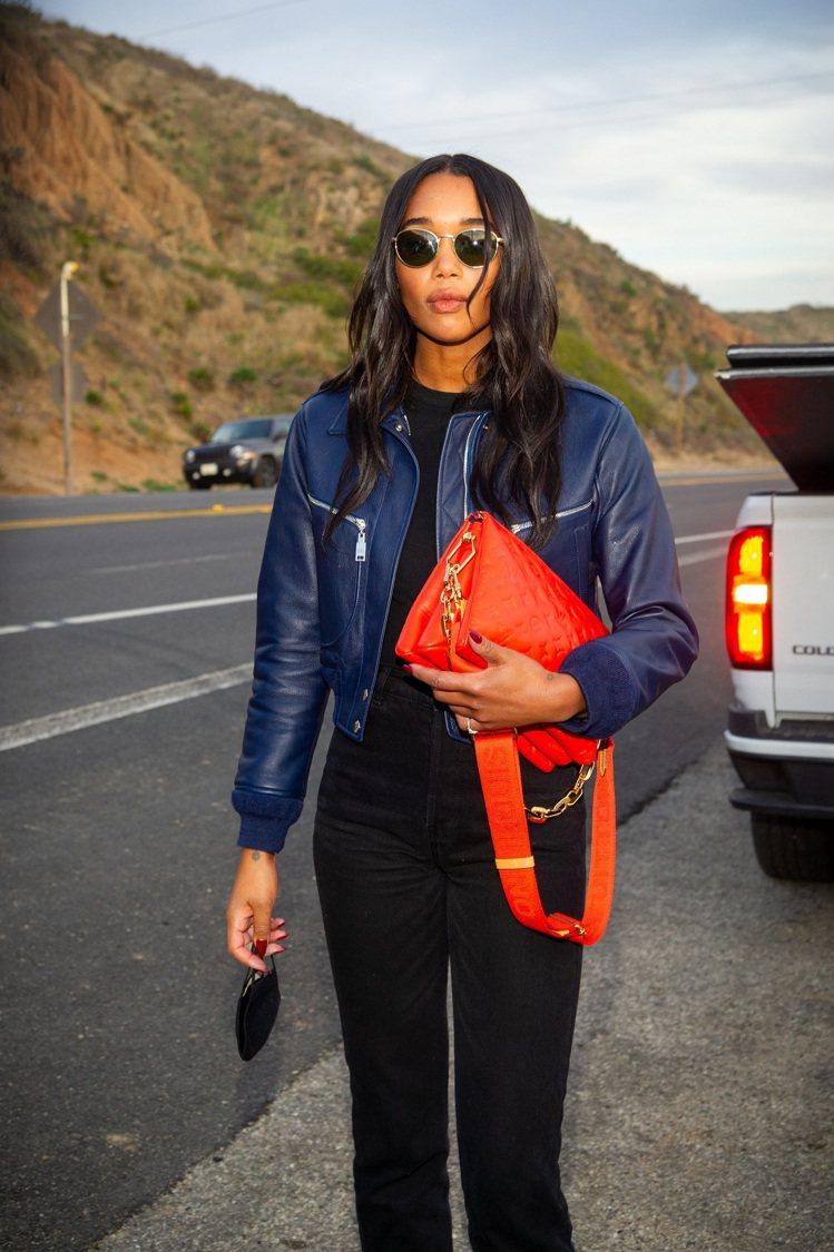 蘿拉海爾手拿紅色Coussin手袋,氣場超強。圖/LV提供