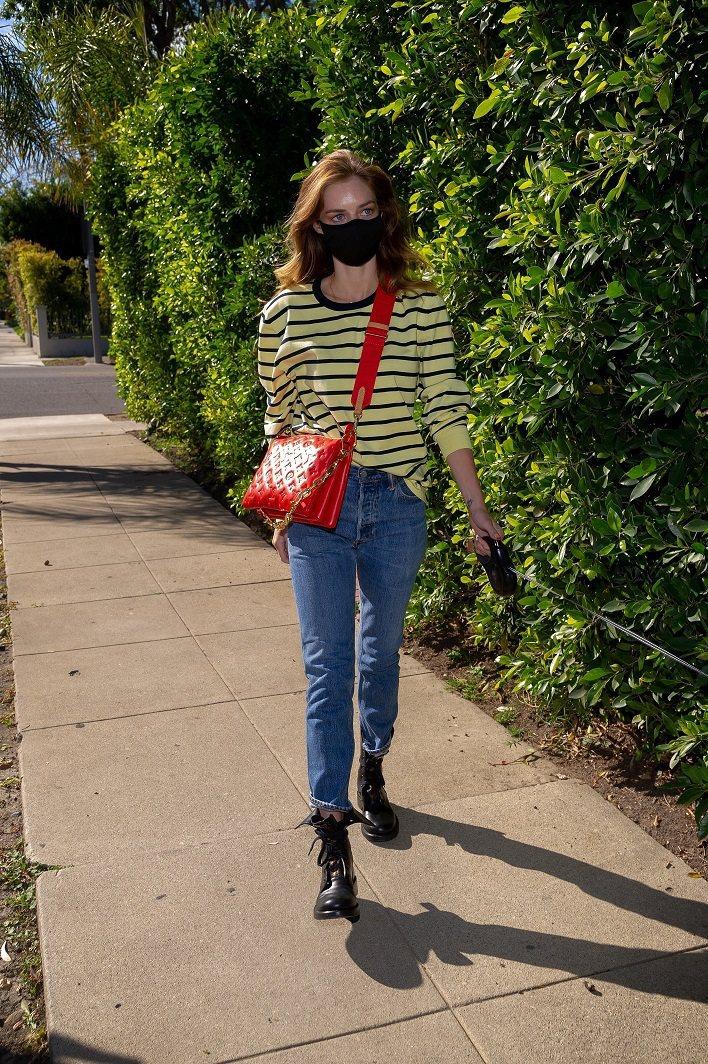 薩瑪拉威明展現紅色Coussin手袋除了適合都會穿搭,也可展現相當休閒的一面。圖...