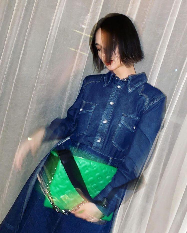楊丞琳在IG貼出綠色Coussin手袋的5連拍,相當有戲。圖/取自IG