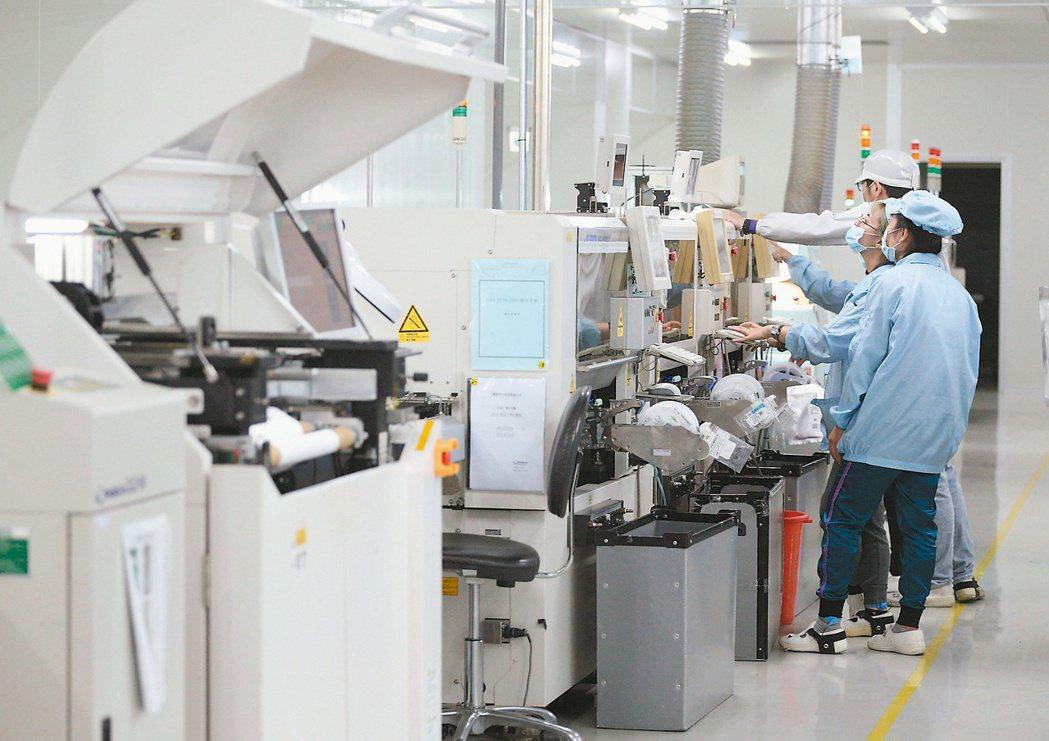 經昌汽車電子公司引進SMT自動化設備,確保產品高品質。記者劉學聖/攝影