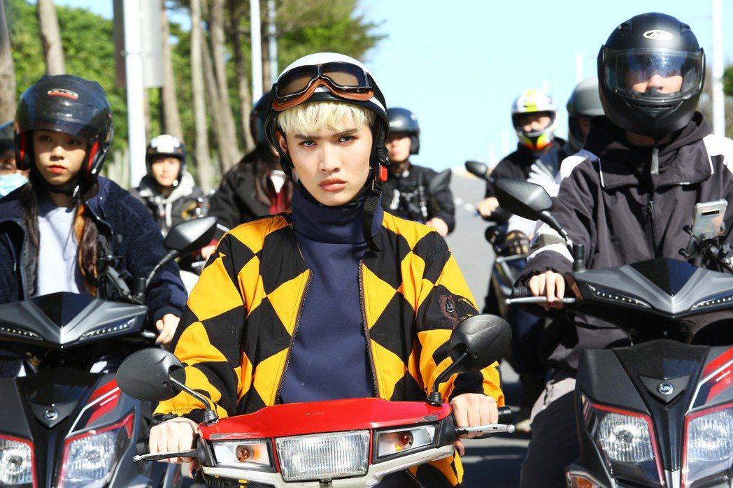 鍾明軒新歌「哎呀爛機車發不動」唱出機車族的心聲。圖/飛碟娛樂提供