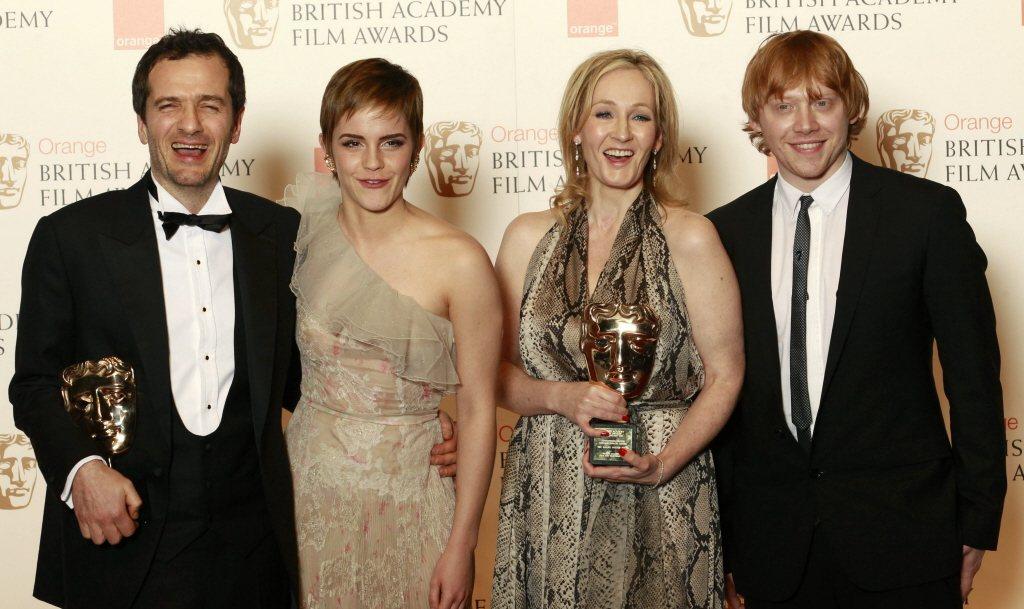 「哈利波特」製片、演員、原作者一起領獎,那時魯伯葛林特(右起)與JK羅琳、艾瑪華...