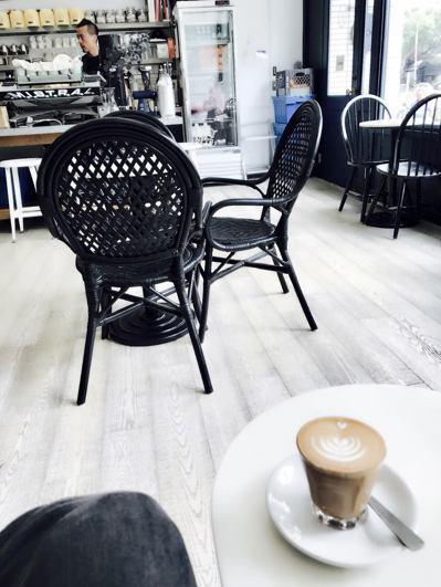 極簡主義風格的咖啡館,成為現代台灣都市人的心靈茶屋。圖/李清志提供