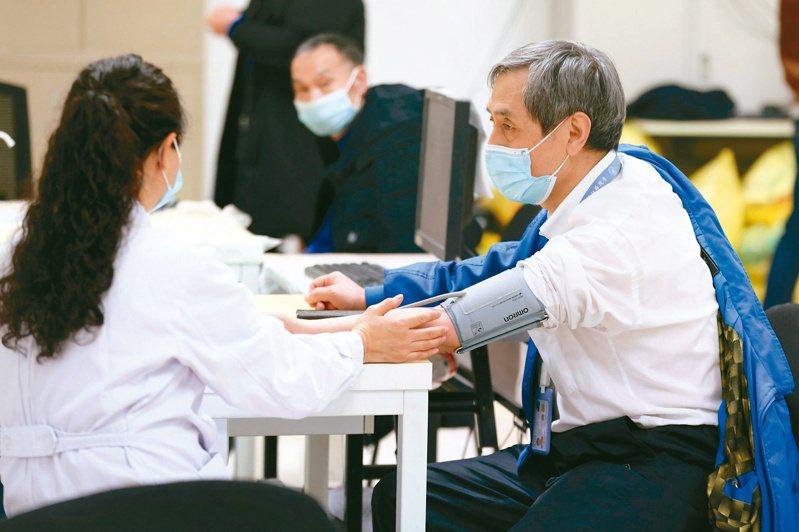 大陸新增一本土病例,病患曾接種新冠肺炎疫苗。陸專家表示,疫苗保護率並非百分之一百。圖為北京開始為老人接種疫苗。(中新社)