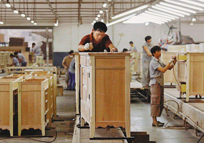 台升家具廠員工製作家具。(路透)