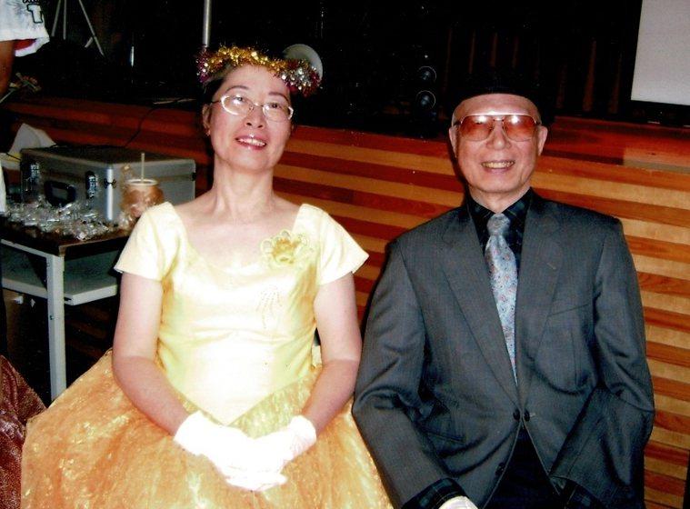 黃育清(左)剛搬進安養院時,和先生一同精心打扮,參加院內的服裝秀活動,兩人偶爾被...