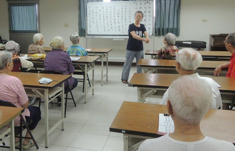 黃育清為退休教師,體力腦力絕佳,持續在安養院內教授高齡者「手語課」。 圖/取自5...