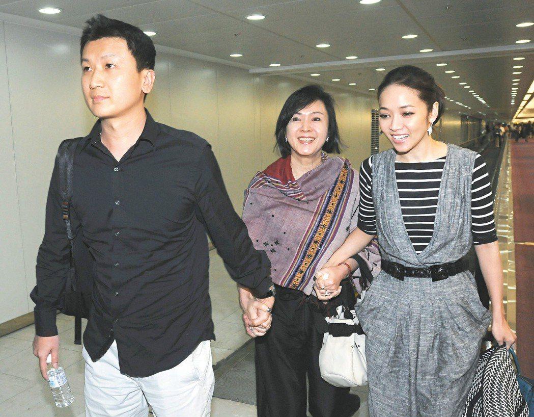 侯佩岑與老公黃伯俊2011年從峇里島回台,在機場媽媽林月雲走中間。 圖/聯合報系...