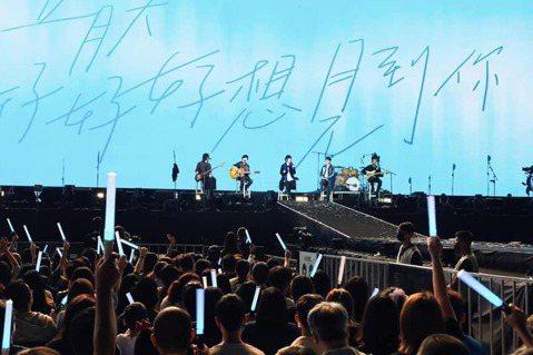 五月天20日在台南市立體育場開唱,不料演唱會結束後,有粉絲反應看台區的地板會染色,有人褲子、鞋子沾染到綠色,因此上網呼籲後面幾場要去看演唱會的粉絲,不要穿淺色系的衣褲、鞋子。看完五月天台南演唱會首場...
