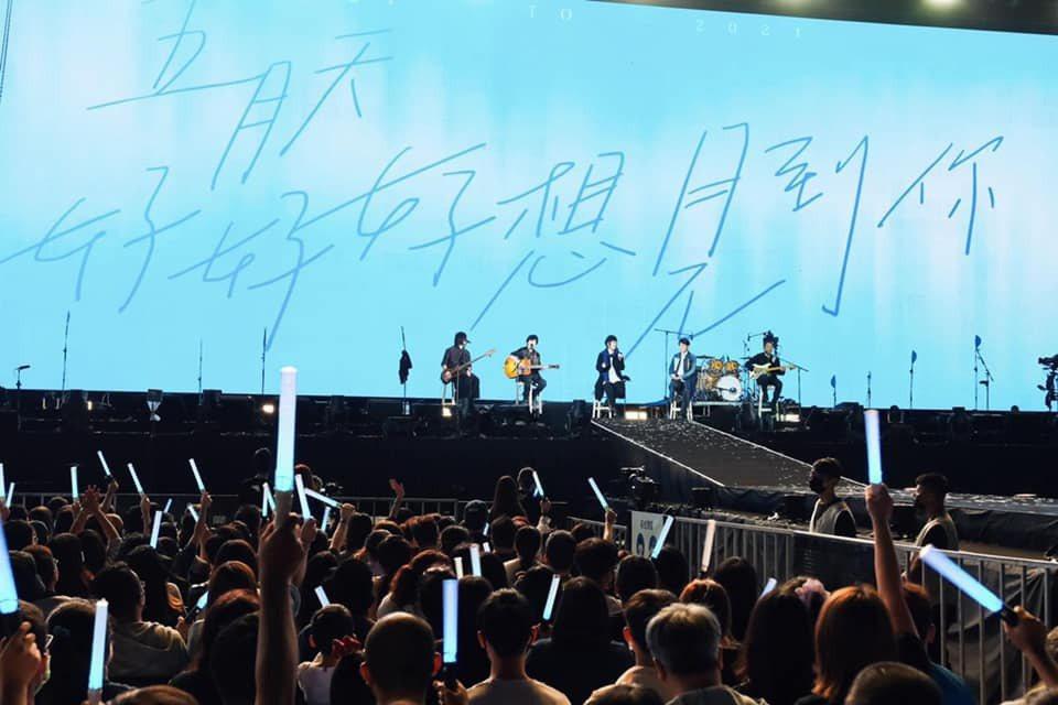 五月天在台南市立體育場開唱。 圖/擷自五月天臉書