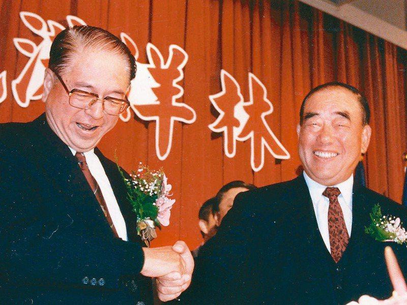 台北市前市長林洋港(左)獨排眾議蓋翡翠水庫,甚至被抹黑為「共匪同路人」。圖為1995年,林洋港與郝柏村(右)宣布搭檔參選總統、副總統後,相互握手致意。圖/聯合報系資料照片