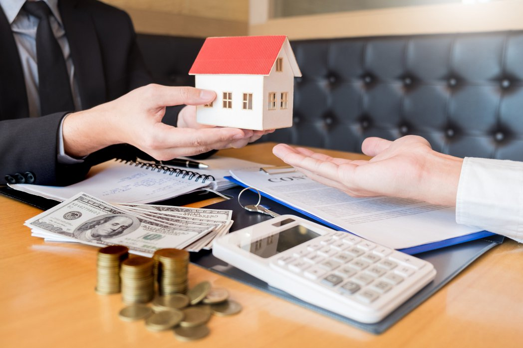 有房仲找女網友的家人當人頭合資買屋,約定半年轉賣,她不了解房仲的動機為何,想問「...