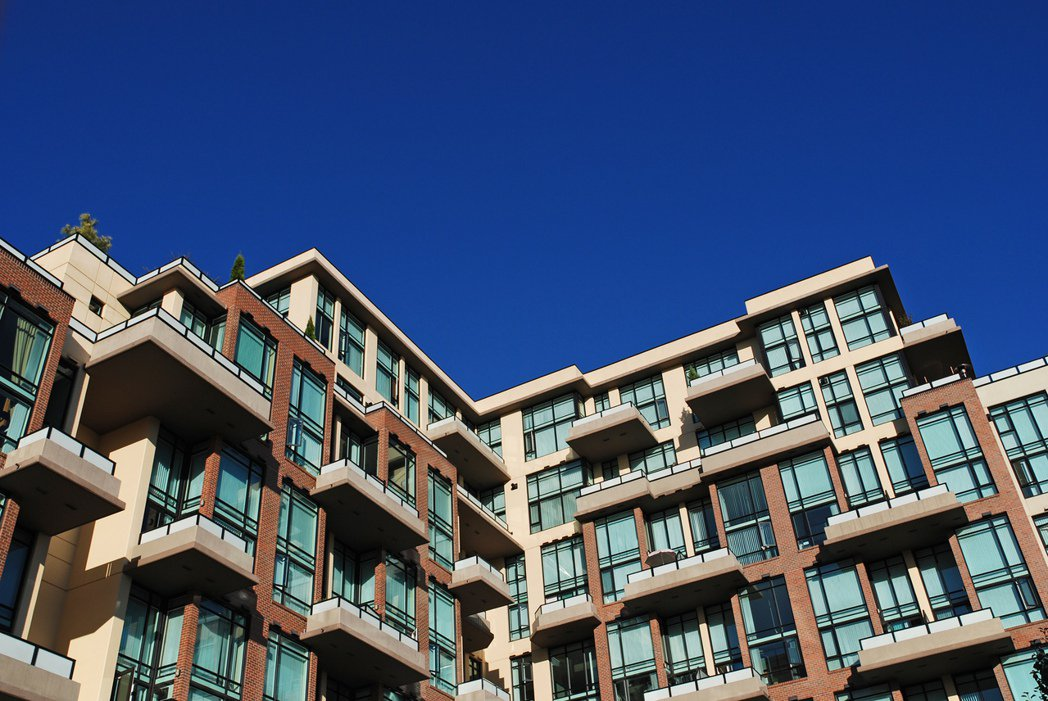 一名女老師買房子在蛋黃區,是一流建商的最貴頂樓,她表示按電梯按鈕都有優越感,引發...