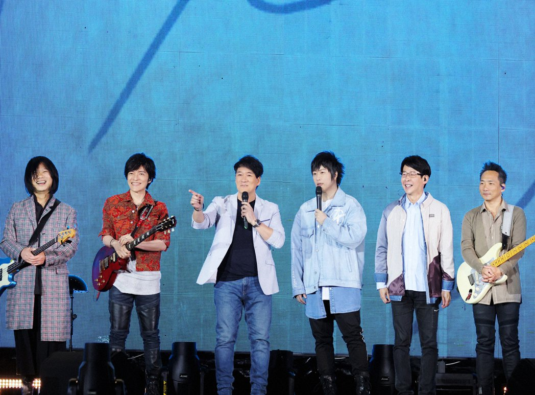 周華健(左三)21日擔任五月天台南場嘉賓。圖/相信音樂提供