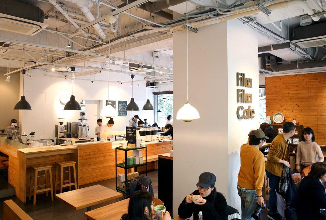 FIKA FIKA咖啡館是一家北歐風格的極簡咖啡店,每天一早開始營業就人聲鼎沸。...