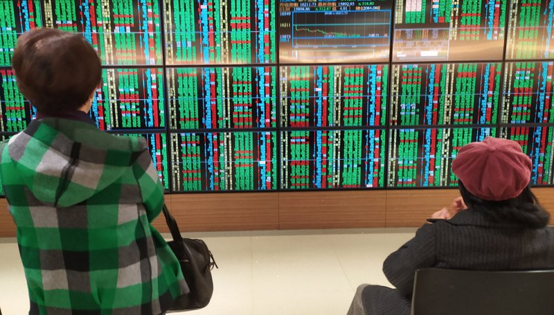 台股今(4)日開高走低,終場下跌288點,收在16,933點。記者林俊良/攝影