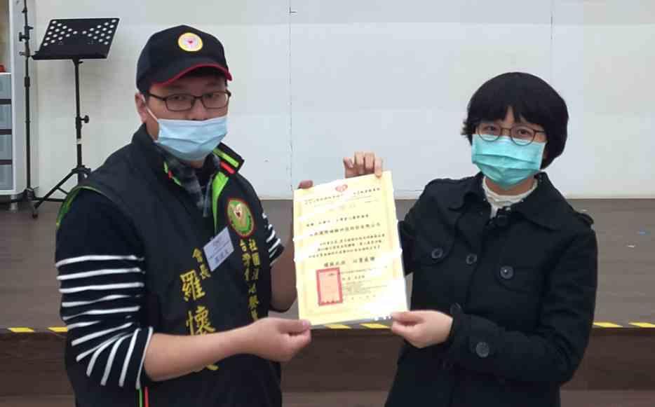 愛心餐飲協會理事長羅懷文(左)頒發感謝狀給FSI暐凱國際公司代表。 暐凱/提供