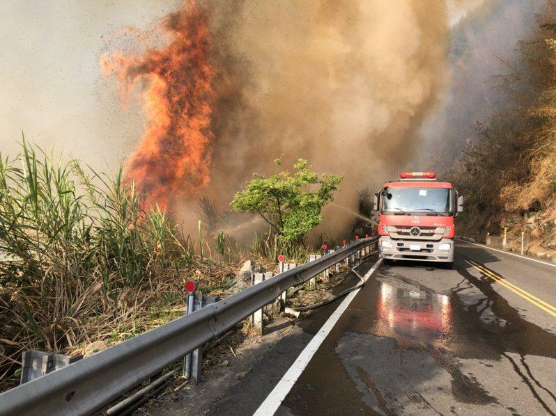 嘉義縣阿里山區長期乾旱,火勢延燒逾兩天仍未滅,但林務局火災危險度監測非但未預警,還顯示安全的綠燈。記者魯永明/翻攝