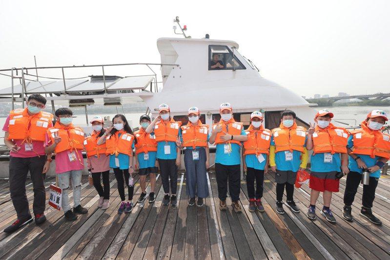 環保小局長們人生首次登上曝氣船。圖/新北市環保局提供