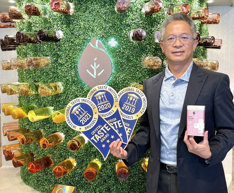 台中市執業中醫師陳勇利開發出的「茉莉氣巡茶」今年第3度獲得有食品飲料界奧斯卡之稱的比利時ITQI比賽花茶冠軍,讓他感覺以往的努力獲得肯定。圖/陳勇利提供