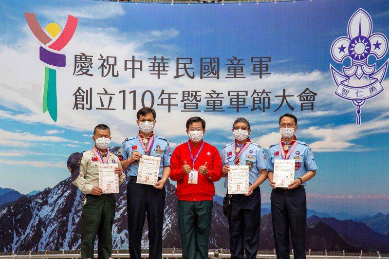 教育部長潘文忠今出席中華民國童軍110周年暨童軍節大會並頒獎表揚獲獎人員。圖/中華民國童軍總會提供