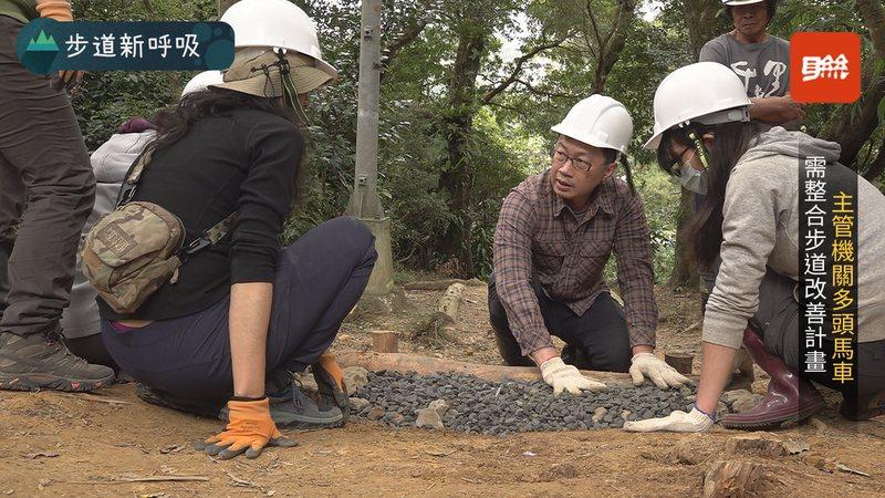 步道師是一群無償志工,因為對土地森林的熱愛,利用「手作」來還原步道。記者游昌樺/攝影