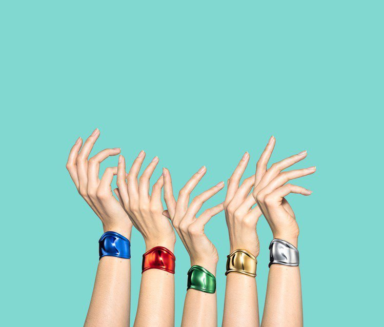 Tiffany & Co.於2020年推出Elsa Peretti Bone Cuff手環50周年限定版。圖/Tiffany & Co.提供