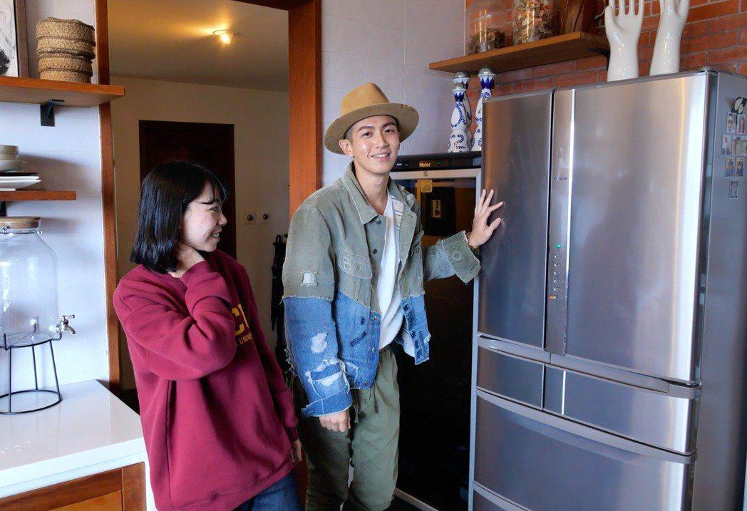 柯震東(右)開箱三層樓別墅 。圖/禾豐九路提供