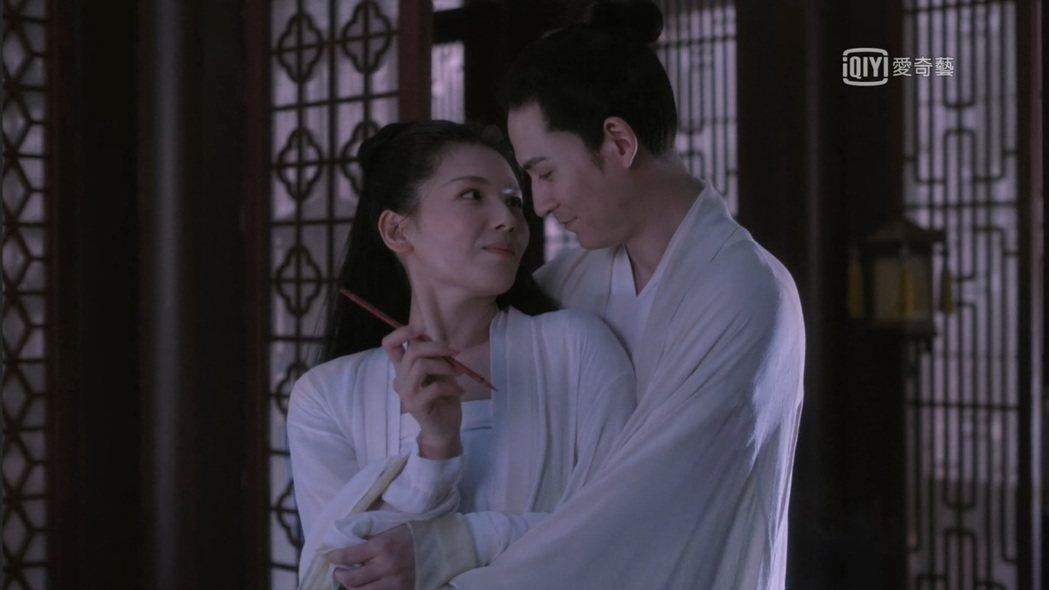 周渝民(右)與劉濤在「大宋宮詞」第一集就上演親密戲。圖/截圖自愛奇藝