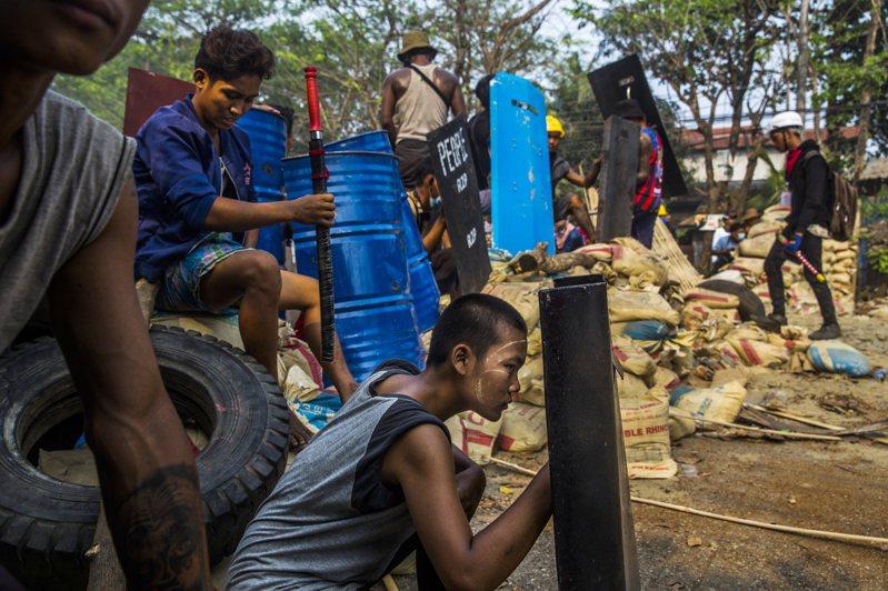 為迫使軍政府還政民選政府,緬甸從醫院、鐵路、造船場,到學校、商店、交易所等,許多人都不到班,經濟活動為之停頓。圖為本月14日在仰光萊達雅區,示威者設路障發起抗議。圖/紐約時報