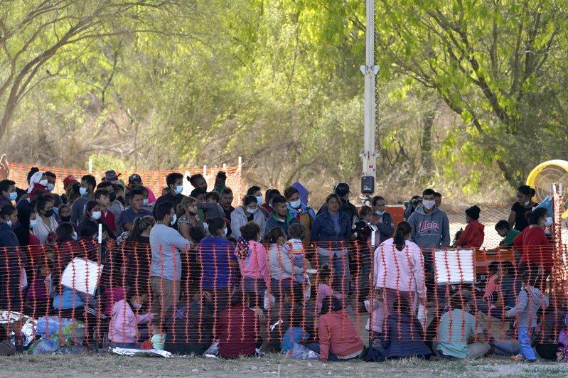 美國海關暨邊境保護局19日在德州米申市的拘留所處理大批中美洲移民。美聯社