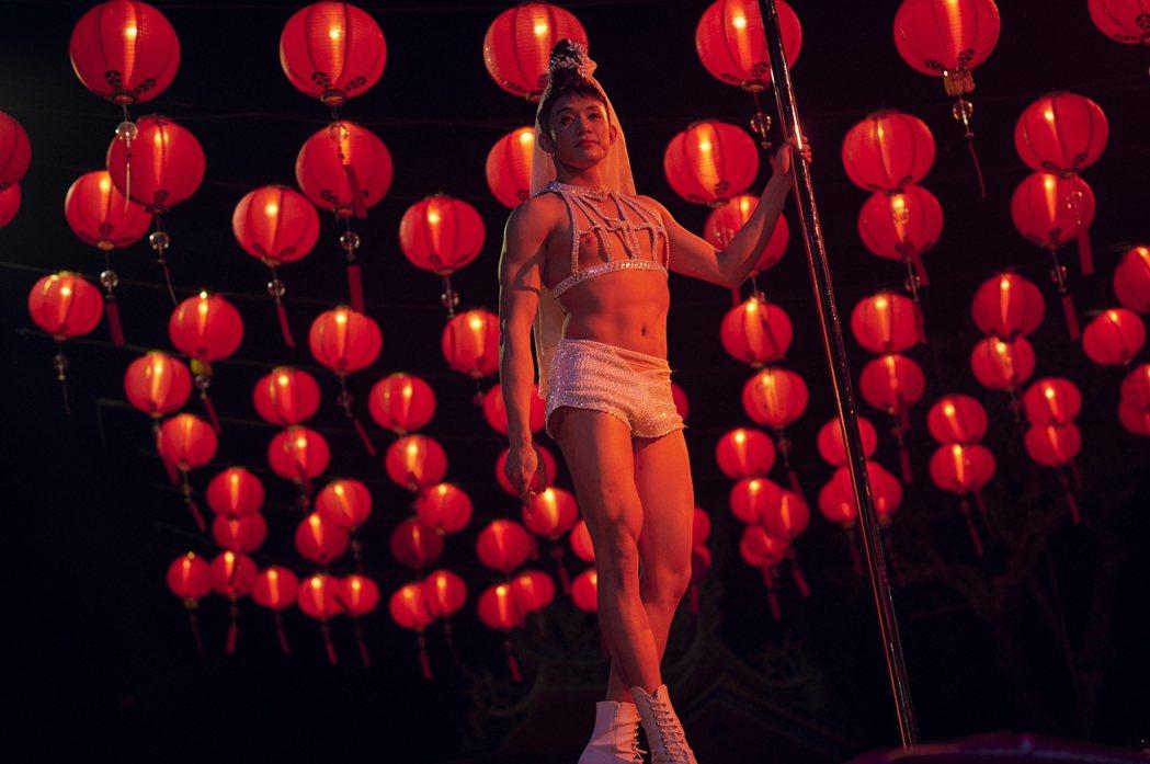 初孟軒在「天橋上的魔術師」上演鋼管舞讓觀眾驚艷。圖/公視、myVideo提供